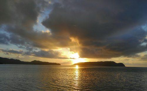 外離れに沈む夕日