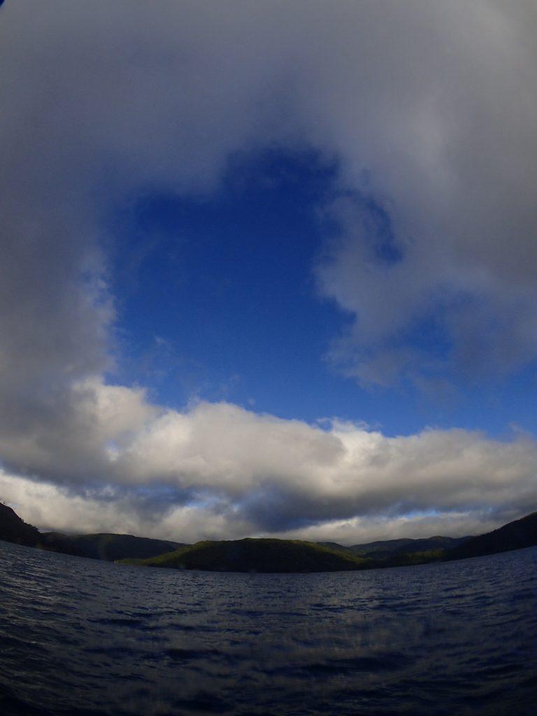 雲の合間に青空が