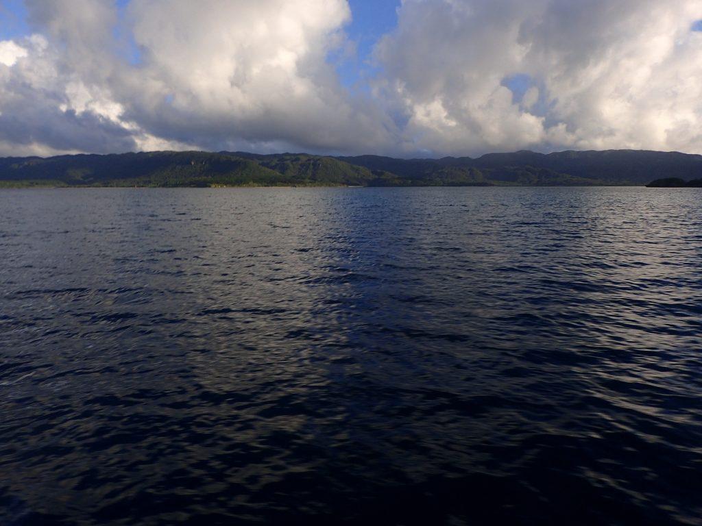 西表島 夕方の海へ